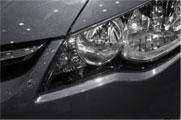 Detalle de la óptica delantera izquierda de un coche